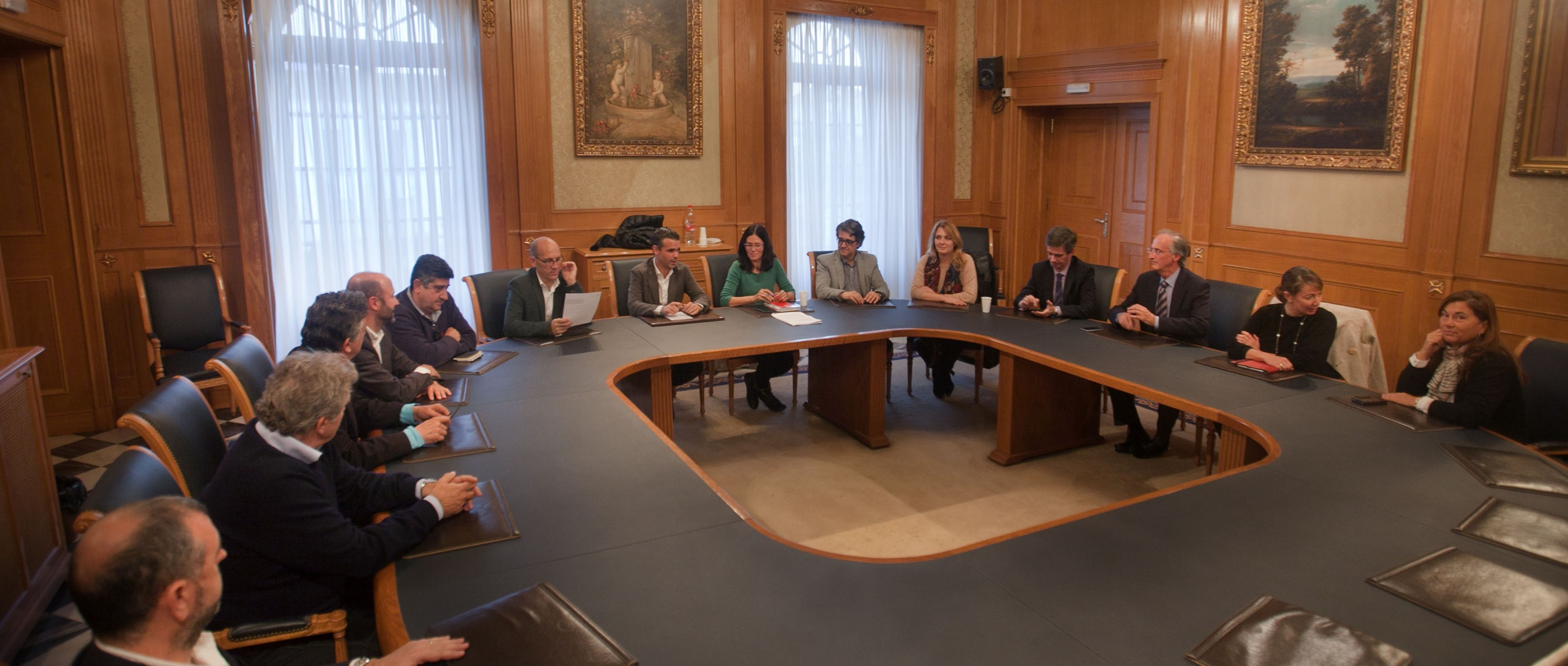 Bernal meets with local business people to promote Puerto Banús